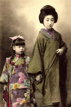 Teruha 照葉 (Shining leaf) (also Takaoka Chishou 高岡 智照)  (1896-1994) geiko 芸子 with a little girl - Hand coloured photo by Shisui Naruse - 1910s