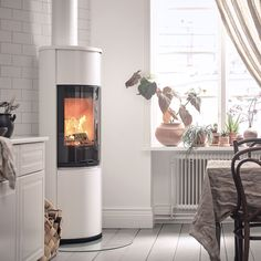 The Contura 690 has lots of everything: three different colours, three different tops, lower door and several accessories.#swedishstove #swedishdesign #nordichomes #scandinavianhomes #interiordesign #interior4you #woodburningstove #whitewoodburner #contura600 #conturastyle