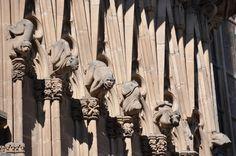 Barcelona. Catedral. Porta de Sant Iu. Criatures monstruoses. Detall Barcelona. Cathedral of the Holy Cross and Saint Eulalia