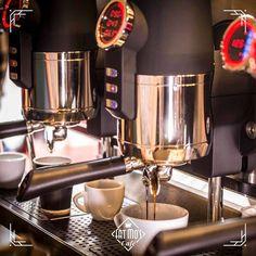 A Váci utca közvetlen közelében egy igazi forró fekete a Fat Mo's-ban Rád vár! Coffee Machine, Espresso Machine, Coffee Maker, Utca, Espresso Maker, Coffee Percolator, Coffee Maker Machine, Coffeemaker, Coffee Machines