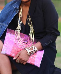 Collar, Pulsera y Anillo Fusión dorados. Cartera Rosa. Accesorios Kaira. Collar, Pink, Jewelry Making, Fashion Accessories, Bracelet