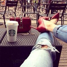 Pausa para um café☕️🍪com muito glamour, sempre!  Queen Joias💎    #café #glam #glamour #luxo #sapato #scarpin #starbucks #moda #fashion