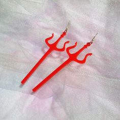 Satan Pitchfork Acrylic Earrings with Silver Earring Hooks // Ear Wire // Bright Red Acrylic Occult Satanic Jewelry Große leuchtend rote Satan Heugabel Acryl Ohrringe Funky Earrings, Silver Earrings, Gothic Earrings, Ear Earrings, Earrings Handmade, Cute Jewelry, Jewelry Accessories, Weird Jewelry, Funky Jewelry