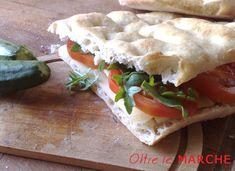 Oggi prepariamo una focaccia estiva al grano duro ripiena di verdure e salumi... un vero piatto unico italiano! Genuina e semplice da preparare.