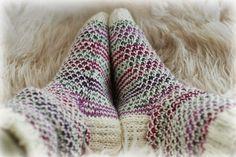 Villasukat matkalaukussa: Voihan Räjähtävä Helmineule (sis. ohje) Wool Socks, Knitting Socks, Hand Knitting, Sissi, Boot Cuffs, Handicraft, Knit Crochet, Weaving, Arts And Crafts
