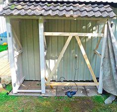Slik bygger du en enkel redskapsbod selv - viivilla.no Diy Storage Shed Plans, Garden Storage Shed, Tool Storage, Garden Sheds, Greenhouse Shed, Plank, Diy And Crafts, Home Improvement, Garage