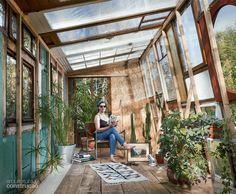 01-estufa-feita-com-portas-e-janelas-foi-montada-em-dois-dias