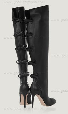 Valentino - Knee High Black Boots w/Bows --> what and where would I ever wear these, but they're beautiful Bow Boots, Sexy Boots, Black Boots, Dream Shoes, Crazy Shoes, Me Too Shoes, Christian Louboutin, Jimmy Choo, Look Chic