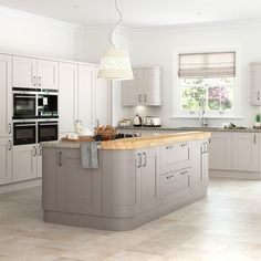12 new looks for Shaker kitchens. This versatile shaker kitchen style gives a warm, timeless look to all homes, whether new-build or period properties. Cashmere Shaker Kitchen, Grey Shaker Kitchen, Shaker Kitchen Cabinets, Kitchen Units, Kitchen Worktops, Kitchen Island, Howdens Kitchens, Grey Kitchens, Home Kitchens