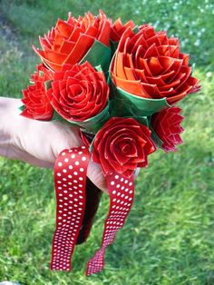Duct tape roses - saw these at the doctor's office this week....very heavy, but very cool!  They had them on top of their pens so that people wouldn't steal them Duct Tape Bows, Duct Tape Flowers, Paper Flowers, Washi Tape, Duct Tape Projects, Duck Tape Crafts, Rose Bridal Bouquet, Wedding Bouquet, Rose Wedding
