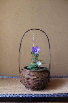 文月朔日は桔梗と半夏生   茶花宗耕2 のブログ Ikebana Flower Arrangement, Ikebana Arrangements, Flower Arrangements, Bamboo Building, Japanese Vase, Tea Ceremony, Vases Decor, Diy Flowers, Bonsai