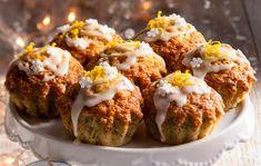 """Earl Grey -muffinit Earl Grey- muffinit saavat makunsa monelle tutusta teestä. Keisarin morsian -tee sopii myös muffineihin. Halutessasi voit kokeilla myös muita mieluisia teelaatuja ja -makuja. 1. Vaahdota rasva ja sokerit kuohkeaksi vaahdoksi. Lisää joukkoon """"teejauhe"""". Jatka vielä hetki vaahdottamista. Lisää joukkoon kananmunat yksitellen koko ajan vatkaten. Lisää sitruunamehu. Sekoita kuivat aineet ja lisää siivilän …"""
