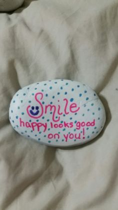 Kindness rocks Rock Painting Patterns, Rock Painting Ideas Easy, Rock Painting Designs, Pebble Painting, Pebble Art, Stone Painting, Painted Rocks Craft, Hand Painted Rocks, Painted Stones