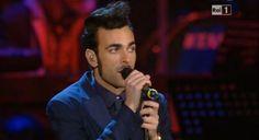 """4 marzo, Marco Mengoni canta: i video e i testi di """"Tu non mi basti mai"""" e di """"Meri Luis"""""""