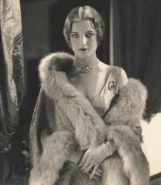 Roaring Twenties, flapper portrait full of oldschool glamour and dignity. Glamour Vintage, Vintage Fur, Vintage Mode, Vintage Beauty, Vintage Ladies, Retro Vintage, 1920s Glamour, Vintage Prom, Hollywood Glamour