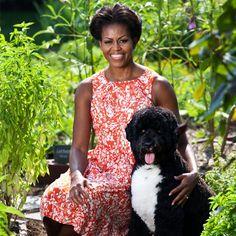 Official Portrait of First Lady Michelle Obama in her garden with Bo Obama Michelle E Barack Obama, Bo Obama, Barack Obama Family, Michelle Obama Fashion, Obamas Family, Obama 2008, Obama President, Joe Biden, Durham