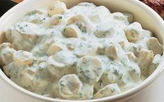 Kold kartoffelsalat Nem opskrift på en virkelig lækker kartoffelsalat. Denne kolde kartoffelsalat har masser af smag og friske krydderurter. Det perfekte tilbehør.