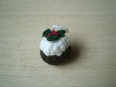 Knit Pudding Ornament and other free knitted Christmas ornaments - must make this year! on moogyblog.com