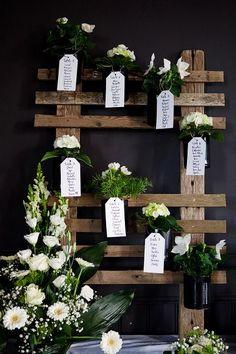 Une palette en bois, quelques branches de lierre et de jolis papiers. Inscrivez le nom de vos invités, et le numéro de leur table...