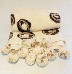 Pie de cama de fieltro con pompones. http://gabyboccardo2.mitiendanube.com/pie-de-cama-caminos-o-mantas/con-pompones1/pie-de-cama-de-fieltro-con-pompones/