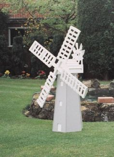 Plan and fittings to make this working garden windmill. Ideal project for the budding woodworker. Outdoor Crafts, Outdoor Projects, Garden Projects, Wood Projects, Projects To Try, Outdoor Decor, Yard Windmill, Wooden Windmill, Woodworking Articles