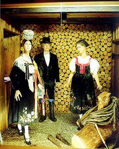 Schwarzwälder Trachten  im Schwarzwälder Trachtenmuseum Haslach  Trachten aus dem oberen Kinzigtal (Wolfach)  Schleifenhaube mit flach anlie... #Schapbach