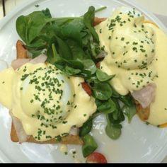 Huevos Benedictine... Sobre base de gofre dulce!
