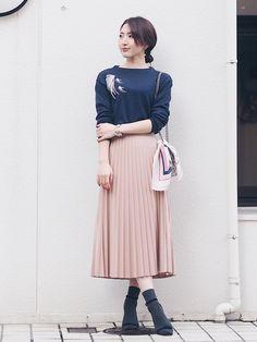 ZARAは日本のブランドにはないインパクトのあるデザインと豊富なアイテムで必ずチェックしておきたいブランドですね。今回は春らしいデザインのスカートの中からフレアスカートやプリーツスカートのコーデをご紹介しましょう。