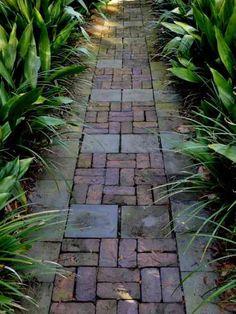 Un chemin de pavés croisés