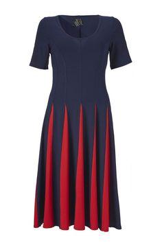 Cirkeline kjolen fra Weiz er sjov og har masser af sus i skørterne. Den er skåret i lange baner hvilket gør kroppen både længere og slankere.