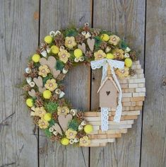 Use tiles for bathroom wreath Wreath Crafts, Diy Wreath, Flower Crafts, Easter Wreaths, Holiday Wreaths, Clothespin Art, Clothes Pin Wreath, Mobiles, Diy And Crafts