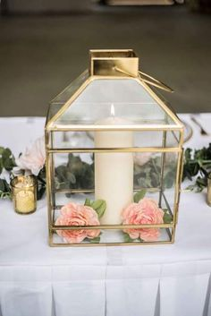 19 Recycled Home Decor Crafts for a Budget-Friendly Upgrade - The Trending House Mason Jar Flower Arrangements, Mason Jar Flowers, Gold Lanterns, Lanterns Decor, Painted Mason Jars, Mason Jar Diy, Farmhouse Interior, Rustic Farmhouse, Wooden Wreaths