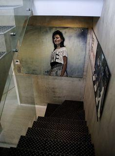 Klatka schodowa z betonową ścianą