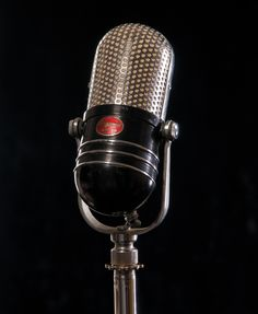 Vintage Mic. I want one of these for the recording studio.