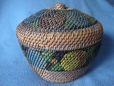 VINTAGE-HAND-PAINTED-WICKER-SEWING-BASKET-BEAUTIFUL-PAINTING-WITH-LID-7-034-X9-034