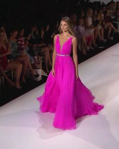 Sherri Hill Look Spring Summer 2020 Collection Pink Sheath Evening Maxi Dress / Evening Gown with Deep V-Neck Cut, Open Shoulders, V-Back Cut and a Train. Runway Show by Sherri Hill Beautiful Dress Designs, Beautiful Gowns, Bridesmaid Dresses, Prom Dresses, Summer Dresses, Formal Dresses, Flapper Dresses, Outfit Summer, Wedding Dresses