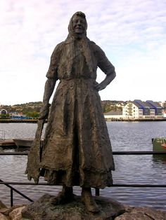 Klipfish woman, fish for sale, slabs of dried cod, statue at Kristiansund, Norway, waterfront Kristiansund, Fish For Sale, Cod, Norway, Victorian, Statue, Woman, Dresses, Fashion