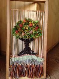 Resultado de imagen para telares decorativos de arboles Loom Yarn, Rug Loom, Loom Weaving, Textile Design, Textile Art, Tapestry Loom, Diy And Crafts, Arts And Crafts, Miniature Trees