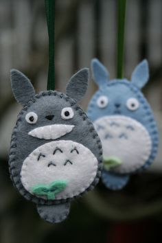 My cousin's awesome Totoro plushie totally inspired me to make my own, though I went with something much smaller and easier. Another crafty cousin made his own… Cute Crafts, Felt Crafts, Fabric Crafts, Sewing Crafts, Diy And Crafts, Crafts For Kids, Totoro, Craft Projects, Sewing Projects