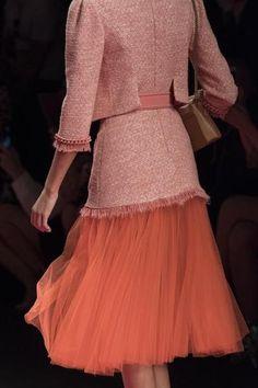 Living Coral Elisabetta Franchi at Milan Fashion Week Spring 2019 Spring Fashion Trends, Fashion 2017, Fashion Outfits, Milan Fashion, Womens Fashion, Ladies Fashion, Fall Fashion, Coral Pantone, Blue Photography