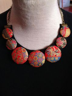 These craft ideas and DIY projects are perfect for the weekend. Jewelry Crafts, Jewelry Art, Jewelry Design, Jewellery, Button Necklace, Fabric Necklace, African Necklace, African Jewelry, Textile Jewelry