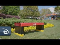 There is no better way to enjoy your garden than with a DIY Mickey Mouse-inspired bench from our friends at DIYZ! Disney Home Decor, Disney Diy, Disney Crafts, Mickey Mouse House, Minnie Mouse, Disney Garden, Disney Furniture, Front Garden Landscape, Disney Classroom