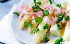 Skøn opskrift på hvide asparges serveret med nykogte rejer og en lækker mousseline. Den perfekte sommeret til gæster.