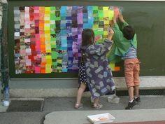 Les enfants de l'école maternelle Charial à Lyon 3 ont réalisé dans la cours une oeuvre collective sur le thème de la mosaïque et des couleurs. Avant ma première intervention, je leur avais distribué un grand nombre de cartes de visites périmées qu'ils...