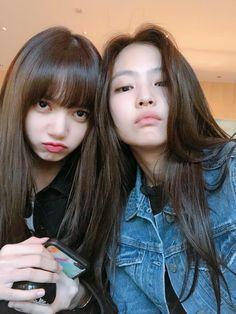 blackpink, lisa, and jennie resmi Kpop Girl Groups, Korean Girl Groups, Kpop Girls, Divas, Blackpink Jennie, Girls Generation, Foto Rose, Oppa Gangnam Style, Kim Jisoo