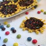 Ecco una merenda golosa per i bambini, le neole con il cioccolato! Un dolcetto abruzzese, che spesso viene riempito di marmellata d'uva o di nutella. Oggi ho provato a guarnirle con del cioccolato e decorarle con piccoli confettini arcobaleno, saranno perfetti anche per le feste di compleanno!
