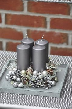 adventní dekorace na stůl - Hledat Googlem Deco Table Noel, Christmas Decorations, Table Decorations, Winter Christmas, Centerpieces, Candle Holders, Candles, Wreaths, Home Decor