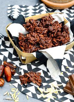 Rezept: selbst gemachte Mandelsplitter   Gestiftelte Mandeln, Datteln, Vollmilchschokolade und Meersalz   waseigenes.com DIY Blog