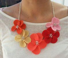 Collar de flores de fieltro