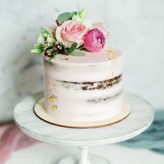 From luxe gold leaf cakes that dazzle with their o Pear And Almond Cake, Almond Cakes, Wedding Cake Designs, Wedding Cakes, Gold Leaf Cakes, Nake Cake, Bolo Cake, Modern Cakes, Yogurt Cake